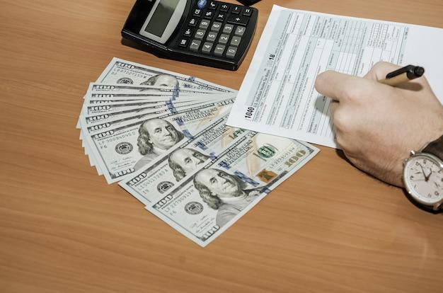 La main remplit les formulaires fiscaux 1040