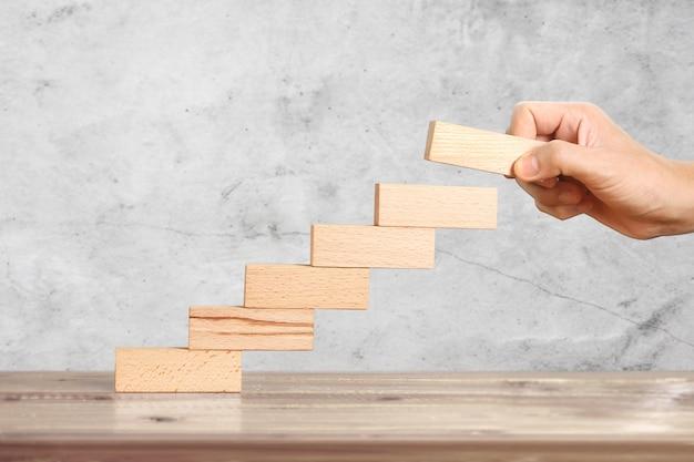 Main, ressembler, personne, grimper, empiler, bloc bois, comme, step step