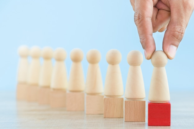 Main des ressources humaines d'affaires, employé de recrutement et gestionnaire de talents avec le concept de chef d'équipe réussie - image.