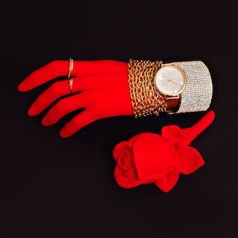 Main rouge en plastique dans les accessoires de bijoux de mode. concept minimal élégant