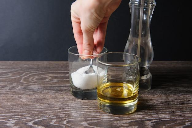 Main saisissant une pincée de sel
