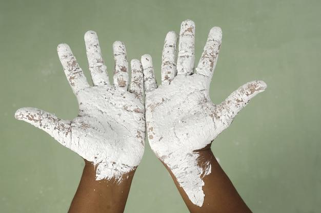 Main sale d'une adolescente en train de peindre