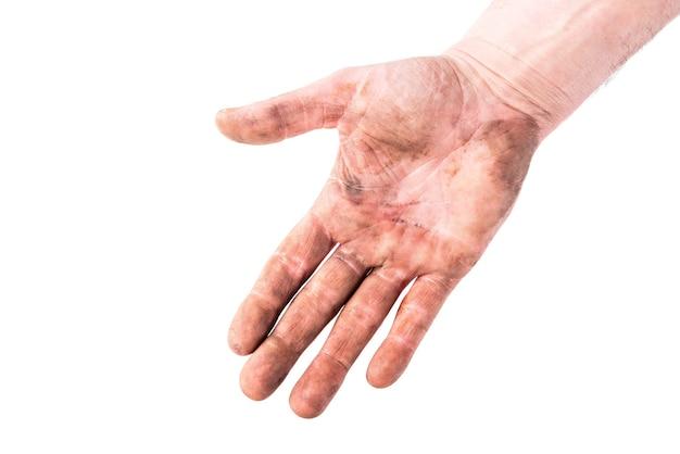 Main sale isolée sur blanc.