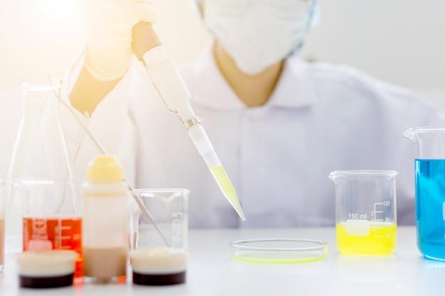 Main de scientifique sur le tube à essai laboratoire, concept de recherche et développement de laboratoire de science