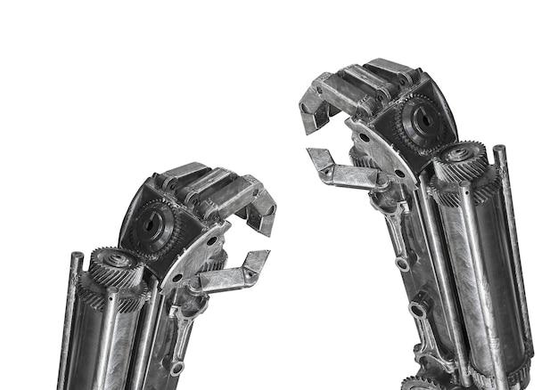 Main de la sculpture de robot faite de ferraille isolée