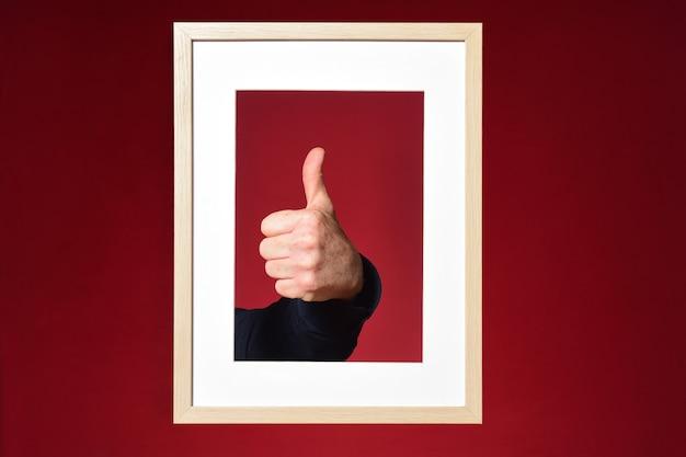 Main avec signe ok sur fond rouge