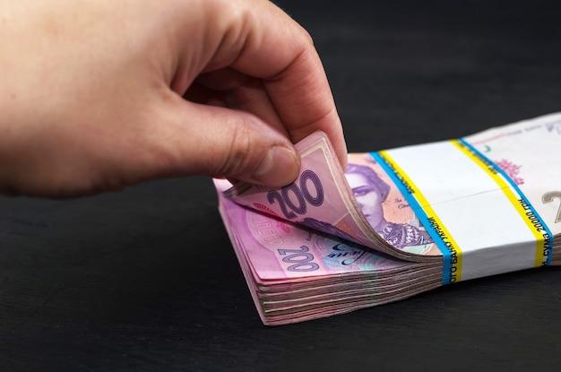 Main sort 200 hryvnia d'un paquet. fermer.