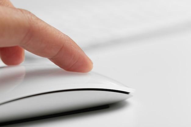 Main avec souris d'ordinateur