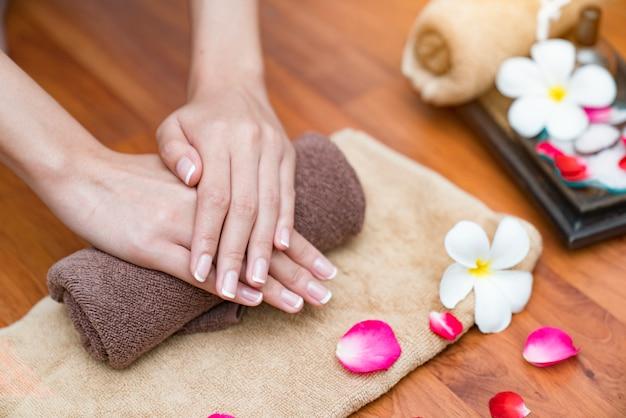 Main spa belles mains avec manucure et fleur.