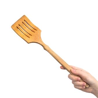Main avec spatule en bois, isolé sur une photo de fond blanc