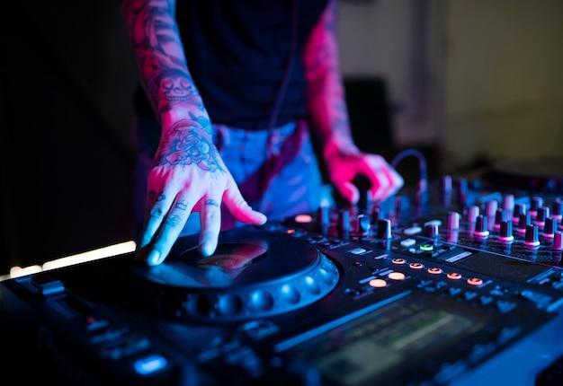 Main sur une station de mixage sonore