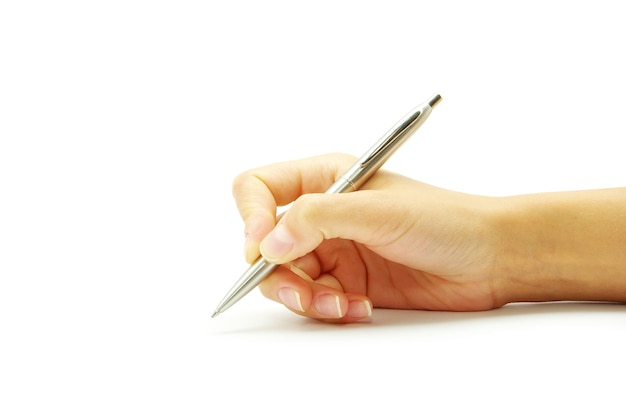 Main et stylo sur le fond blanc