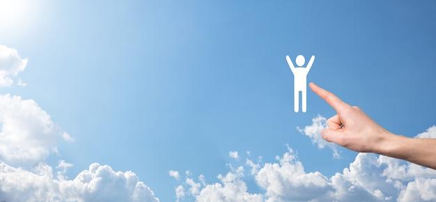 La main sur la surface du ciel détient l'icône humaine