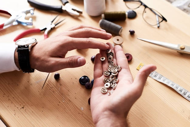 Main de tailleur avec boutons-pression