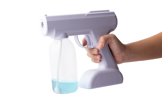 Main tenant un appareil portable pour la pulvérisation isolé sur fond blanc. spray d'alcool blanc pour la désinfection. pistolet pulvérisateur nano à brouillard d'alcool.