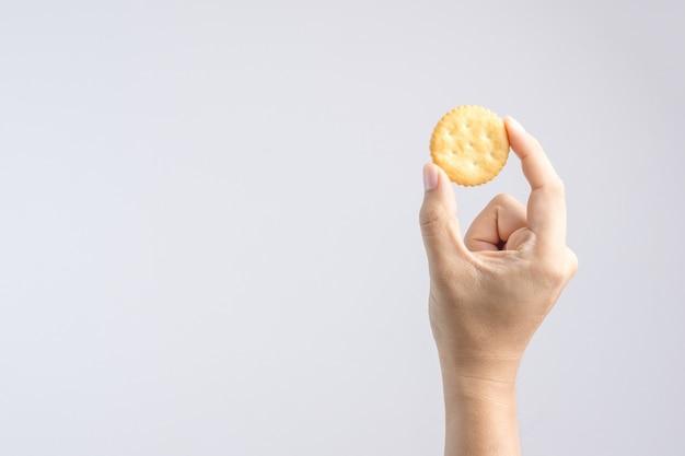 Main tenant un biscuit rond