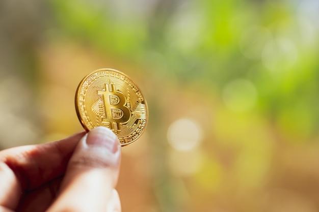 Main tenant un bitcoin doré