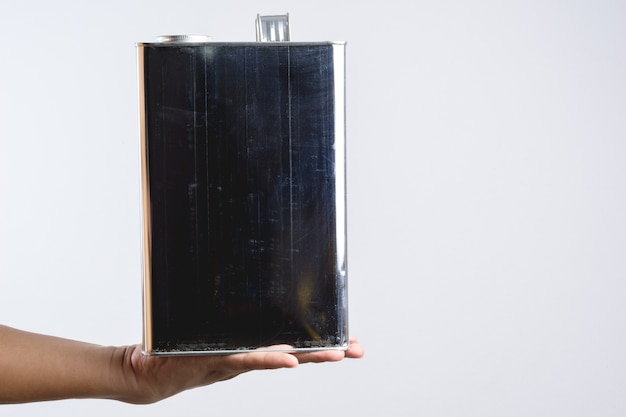 Main tenant une boîte de conserve chimique carrée en acier ou en acier inoxydable