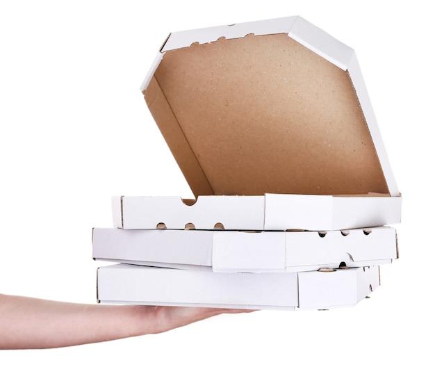 Main tenant des boîtes à pizza isolés sur blanc