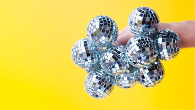Main tenant des boules à facettes avec gros plan