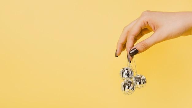 Main tenant des boules de noël avec espace de copie