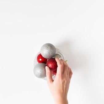 Main tenant des boules sur la table