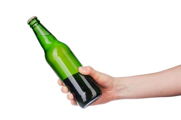 Main tenant une bouteille de bière sans étiquette isolé sur fond blanc