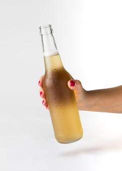 Main tenant une bouteille de bière