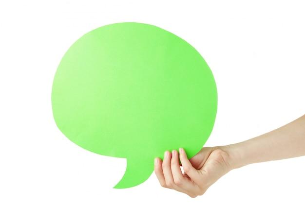 Main tenant une bulle de dialogue vide verte isolée sur fond blanc