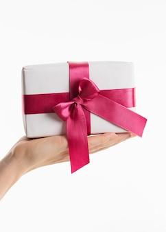 Main tenant un cadeau avec un arc