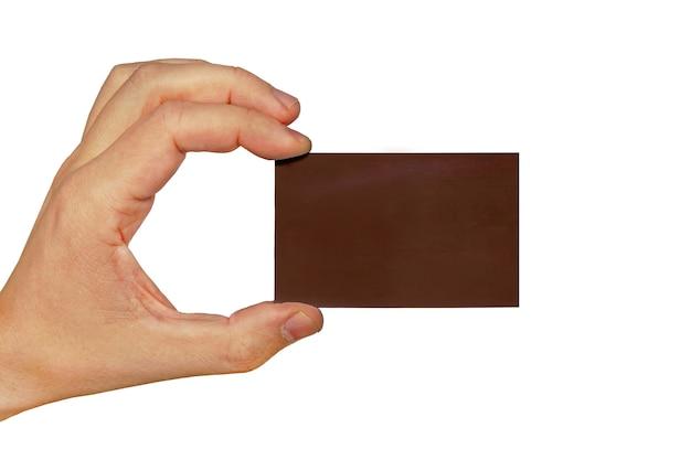 Main tenant une carte de visite isolée sur fond blanc, carte de visite marron foncé en main masculine isolée sur fond blanc
