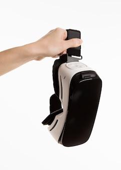Main tenant un casque de réalité virtuelle