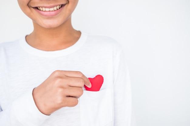 Main tenant un coeur rouge