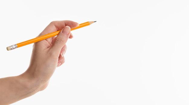 Main tenant un crayon avec espace copie