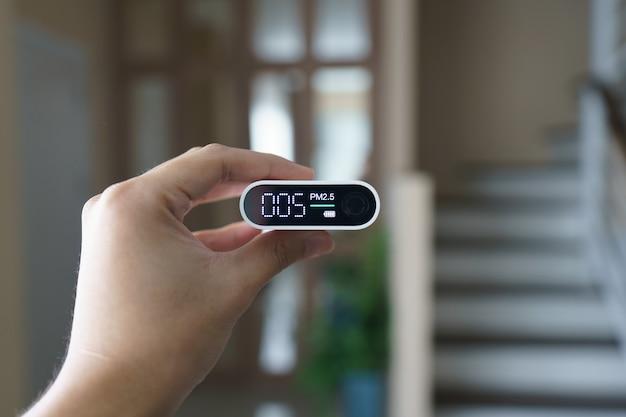 Main tenant un détecteur portable de qualité de l'air (pm 2,5)