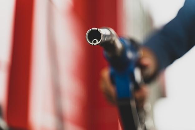 Main tenant le distributeur de carburant de la pompe à essence concept de transport de carburant d'essence
