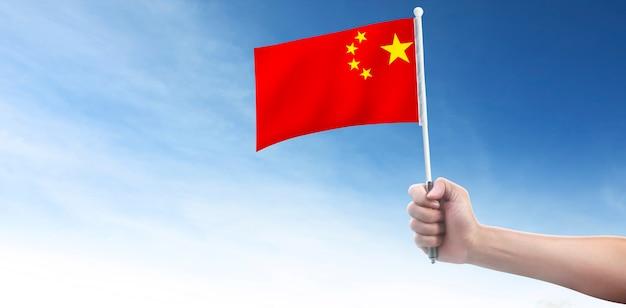 Main tenant le drapeau chinois drapeau de la chine dans une main