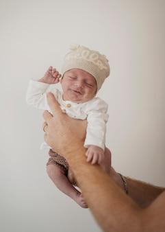 Main tenant drôle petit bébé