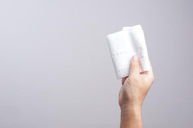 Main tenant du papier de soie