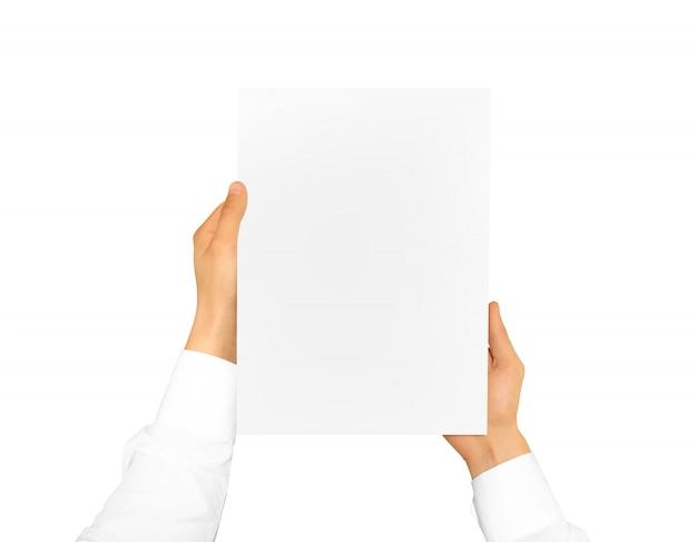 Main tenant une feuille de papier vierge