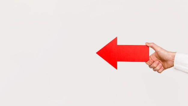 Main tenant une flèche rouge
