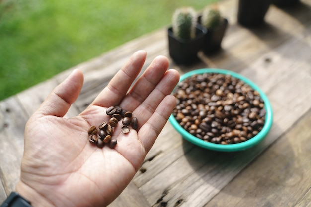 Main tenant des grains de café