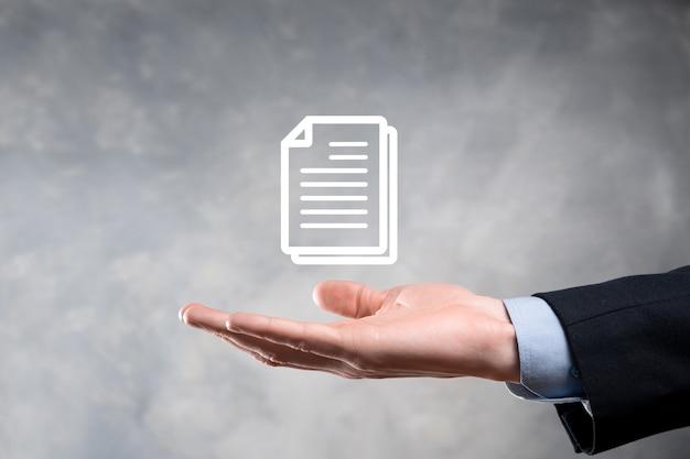 Main tenant une icône de document dans sa main document management data system business internet technology concept. système de gestion des données d'entreprise dms.