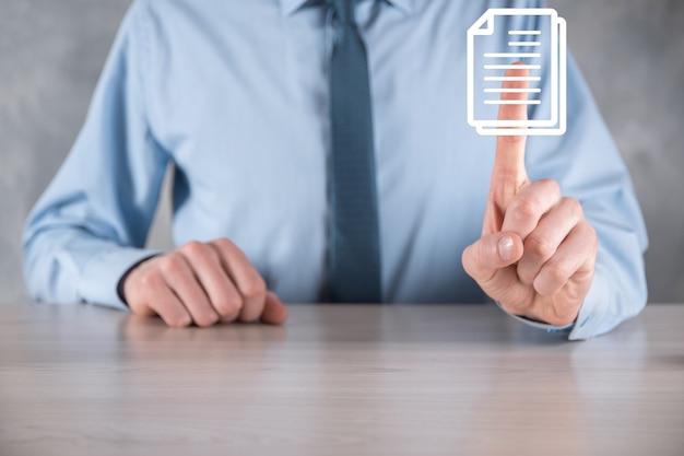 Main tenant une icône de document dans sa main document management data system business internet technology concept. système de gestion de données d'entreprise dms.
