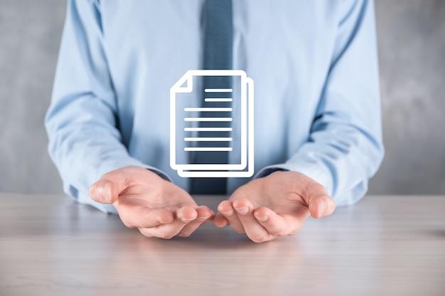 Main tenant une icône de document dans sa main document management data system business internet technology concept. système de gestion des données d'entreprise dms