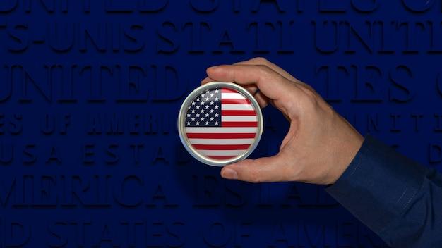 Une main tenant un insigne du drapeau national des états-unis d'amérique sur fond bleu foncé