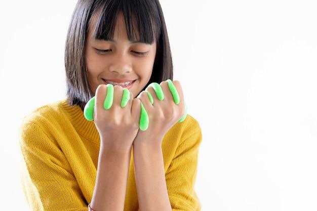 Main tenant un jouet fait main appelé slime, les enfants s'amusent et sont créatifs par l'expérience scientifique