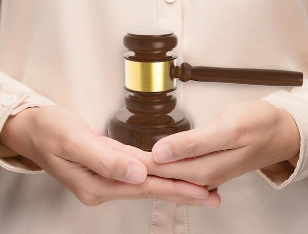 Main tenant le juge de marteau de rendu 3d