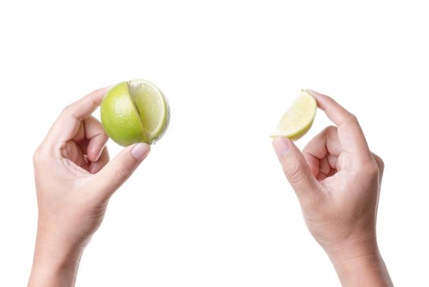 Main tenant une lime fraîche