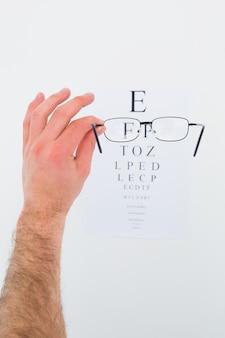 Main tenant des lunettes pour un examen de la vue